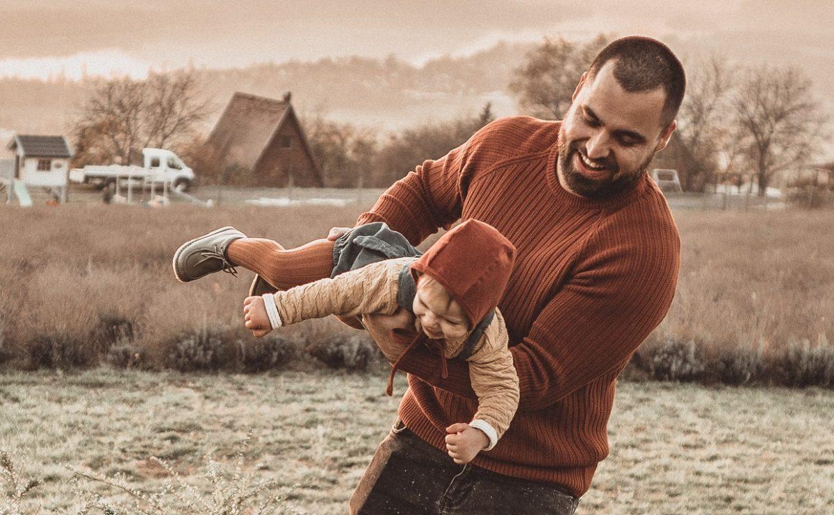 """IgenApa #1 – Farkas Lackó: """"Egy apának nem segítenie kéne, hanem egyenrangúan kivenni a részét a szülői feladatokból."""""""
